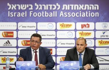 Ofer Eini, presidente de la Asociación de Fútbol de Israel (IFA), y Rotem Kamer (R), CEO de la Asociación de Fútbol de Israel.