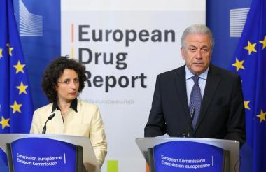 Laura D'Arrigo, del Centro Europeo de Vigilancia para el Drogadicto y la Drogadicción , en la rueda de prensa ofrecida este jueves en Bélgica y el comisario de Migración y de Asuntos Interiores de la UE, Dimitris Avramopoulos, y Laura D'Arrigo, del Centro Europeo de Vigilancia para el Drogadicto y la Drogadicción.