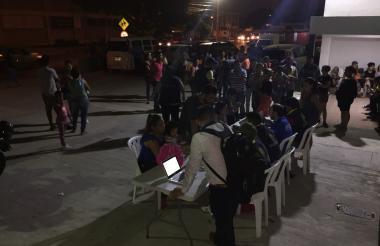 Ocho digitalizadores realizan el registro de los venezolanos en La Cordialidad.
