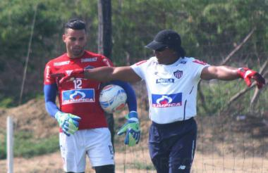 José Luis Chunga recibiendo indicaciones de Pazo.
