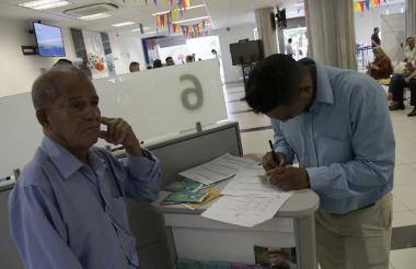 Sede de Colpensiones en Barranquilla, donde un afiliado realiza un trámite.