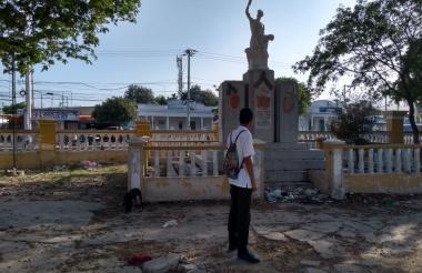 Un estudiante observa el monumento en ruinas.