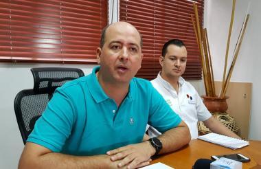 El alcalde de Montería, Marcos Pineda y el secretario de educación local, Ricardo Madera.