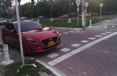 Este conductor dejó su vehículo en la ciclovía.