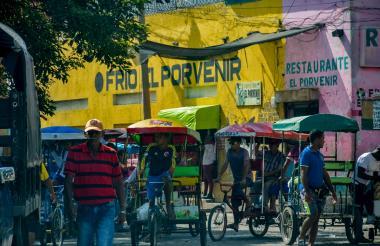 El Boliche es la zona de mayor afluencia de bicitaxis en el Centro de Barranquilla. En la foto varios de estos vehículos se movilizan en contravía.