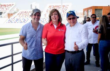 El alcalde Alejandro Char junto a la directora de Coldeportes, Clara Luz Roldán y el presidente Balatazar Medina, en el estadio Romelio Martínez.