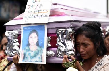 Una de las jóvenes víctimas de la tragedia es enterrada este domingo.