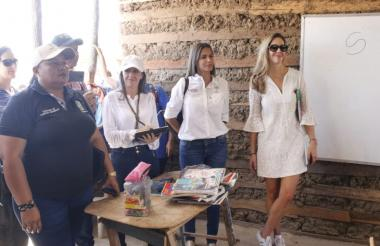 Claudia Elena Vásquez, esposa del artista samario Carlos Vives, durante la visita al centro etnoeducativo.