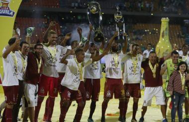 Deportes Tolima celebrando con el trofeo que lo acredita como el campeón de la Liga Águila 2018 I.