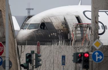 Diez personas resultaron levemente heridas cuando se produjo un incendio en un vehículo que remolcaba una El avión de Lufthansa en el aeropuerto de Frankfurt,