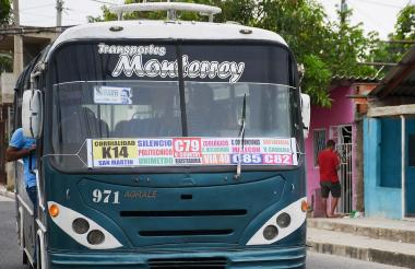 Un bus de la empresa Monterrey transita por el sector del Bosque, en inmediaciones de Villa Caracas.