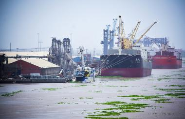 Embarcaciones atracadas en la zona portuaria de Barranquilla.