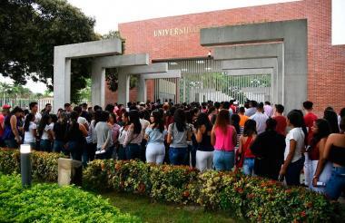 Jóvenes en las afueras de la Universidad del Magdalena.