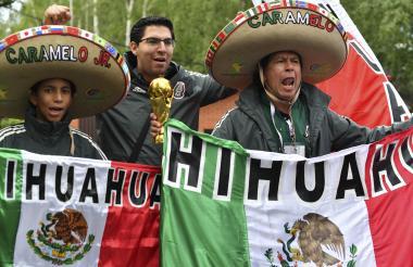 Hinchas mexicanos que recibieron a la Selección azteca en Rusia.