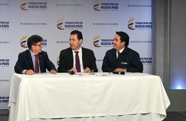 Carlos Iván Márquez (izq.), Felipe Muñoz y Christian Krüger (der.), entregan el balance del Registro Administrativo de Migrantes Venezolanos (RAMV).