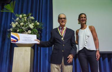El rector de la Uninorte posa junto a la ministra de Educación, Yaneth Giha.