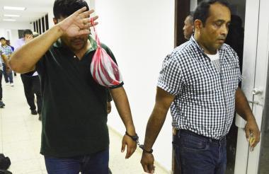 Dos de los detenidos a su entrada a la sala de audiencias.