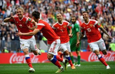 Gazinskii corre a celebrar el primer gol del Mundial, el que puso a ganar a Rusia 1-0.