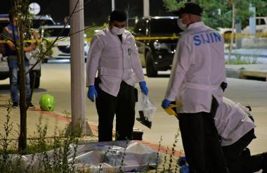 Peritos de la Sijin realizan la diligencia de levantamiento del sicario muerto.