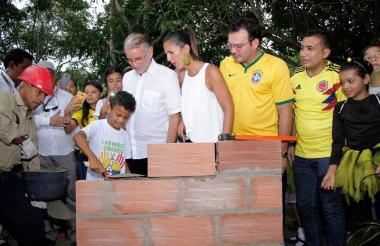 El gobernador Verano y la ministra Yaneth Yiha miran a un estudiante de Sabanalarga que pone la primera piedra de la nueva IE Fernando Hoyos Ripoll.