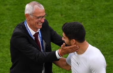 El técnico de Egipto, el argentino Héctor Cúper, saluda al delantero uruguayo Luis Suárez.