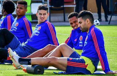 James Rodríguez y Wilmar Barrios, ausentes en la práctica de ayer, entrenaron hoy con normalidad. En la imagen ambos realizan trabajos junto a Bacca y Falcao.