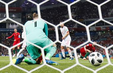 David De Gea intenta controlar el disparo de Cristiano Ronaldo, pero el balón se le escapa de las manos.