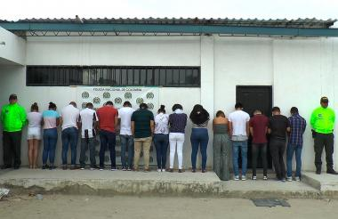Jóvenes capturados por la Policía luego de ser descubiertos por realizar fraude en la Unimag.