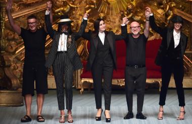 El diseñador Stefano Gabbana, la modelo Naomi Campbell, la actriz Monica Bellucci, el diseñador Domenico Dolce y la modelo Marpessa Hennink.