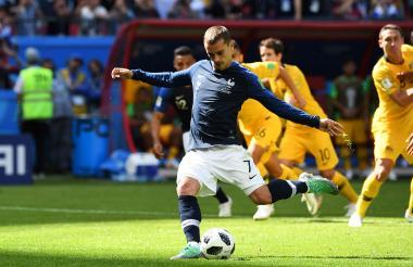 Antoine Griezmann ejecutando el penalti que le entregó la victoria a Francia sobre los australianos.