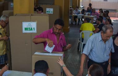 Una persona ejerce su derecho al voto en la Institución Educativa La Salle.