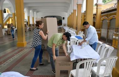 Personal de la Registraduría ultimando detalles en el puesto de votación ubicado en el Instituto La Salle.