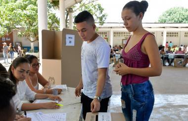 Dos jóvenes sufragan en el municipio de Ponedera.