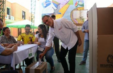 El gobernador Eduardo Verano depositando su voto en la urna.