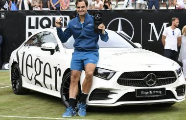 El tenista suizo Roger Federer celebra con el trofeo en Stuttgart.