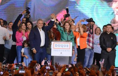 El nuevo presidente de Colombia, Iván Duque, alza su brazo junto a su vicepresidenta, la exministra Marta Lucía Ramírez.