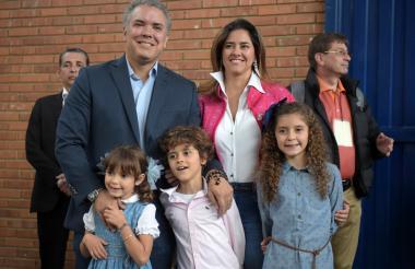 Iván Duque, María Juliana Ruiz y sus hijos Luciana, Eloísa y Matías.