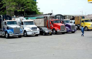 Camiones a la espera de carga en Barranquilla.