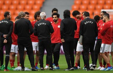 Salah escucha atento las indicaciones del DT Cúper.