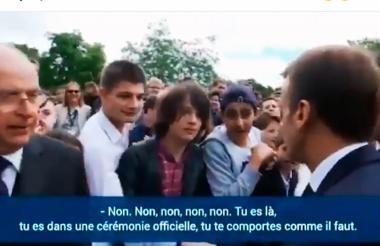 El presidente Macron cuando le llamaba la atención al adolescente que se encontraba entre el público.
