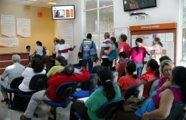 Usuarios en las instalaciones de la empresa de telecomunicaciones Metrotel.