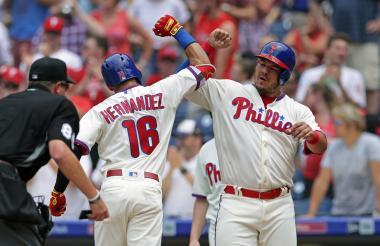 Alfaro se felicita en el plato con César Hernández.