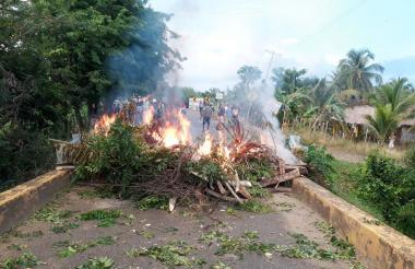 Los habitantes de Moñitos mantienen las quemas de llantas y los bloqueos.