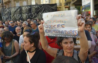 Miles de personas salieron a las calles de Pamplona para protestar por la decisión que dejó en libertad a los miembros de 'La Manada'.