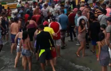 Los turistas se acercaron a ver el cuerpo del joven.