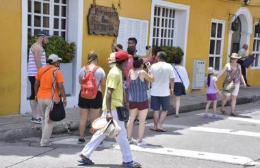 Un grupo de turistas caminan por el Centro Histórico.