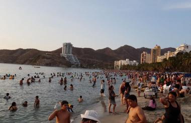 Turistas en las playas de la ciudad de Santa Marta.