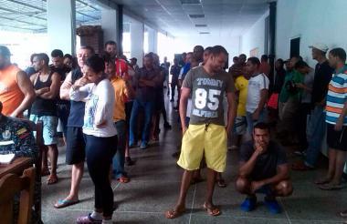 Grupo de colombianos detenidos en Caracas.