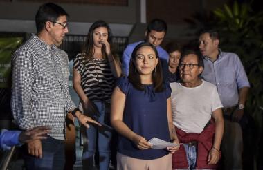 Familiares de los tres periodistas secuestrados en Colombia permanecen en Cali a la espera de los resultados que arroje la necropsia.