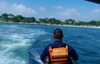 Un agente de la Armada durante el operativo.
